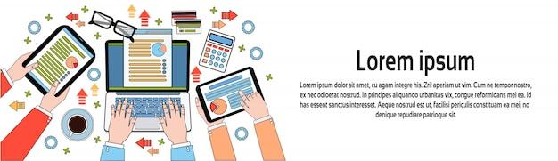 Ondernemers werken met diagrammen en documenten, handen met behulp van digitale tabletten en laptop horizontale banner sjabloon workplace bovenaanzicht Premium Vector