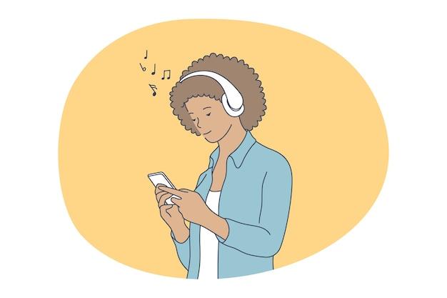 Online communicatie, luisteren naar muziek op smartphoneconcept. jong glimlachend meisje in hoofdtelefoons Premium Vector