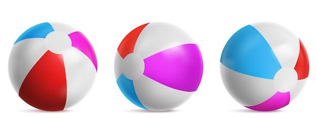 Opblaasbare strandbal, gestreepte luchtballon om in water, zee of zwembad te spelen. vector realistische set van heldere rubberen beachball met blauwe, rode en roze kleuren geïsoleerd op een witte achtergrond Gratis Vector