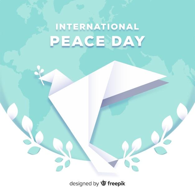Origami vredesdag achtergrond met duif Gratis Vector