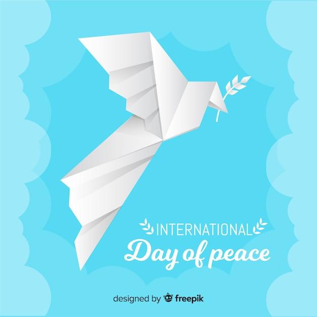 Origamiduif voor vredesdag met olijfblad Gratis Vector