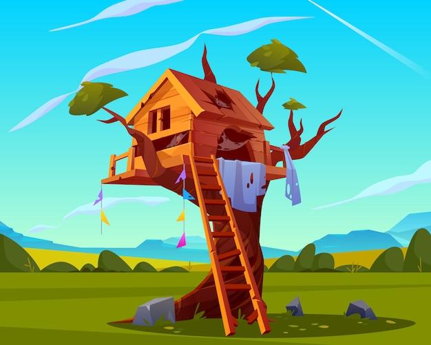 Oude boomhut met gebroken houten ladder, gaten met spinnenweb op dak op mooie zomerse landschap Gratis Vector