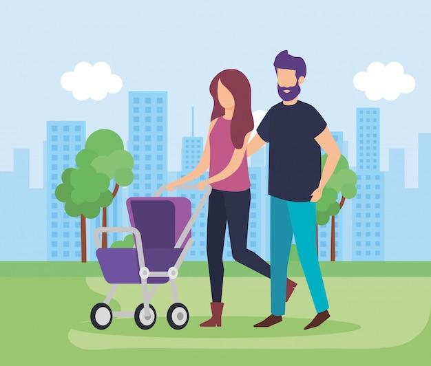 Ouders koppelen met karbaby in het park Gratis Vector