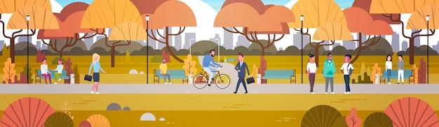 Outdoor park activiteiten, mensen ontspannen in de natuur wandelen fietsen en communiceren horizontaal Premium Vector