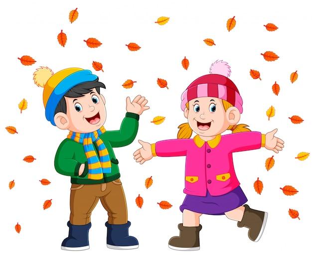 Paar dat van het gouden herfst herfstseizoen geniet Premium Vector