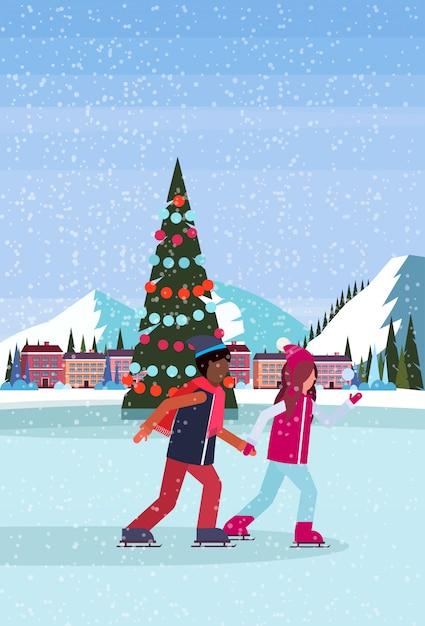 Paar die in ijsbaan met verfraaide kerstboom bij het hotel van de skitoevlucht schaatsen Premium Vector