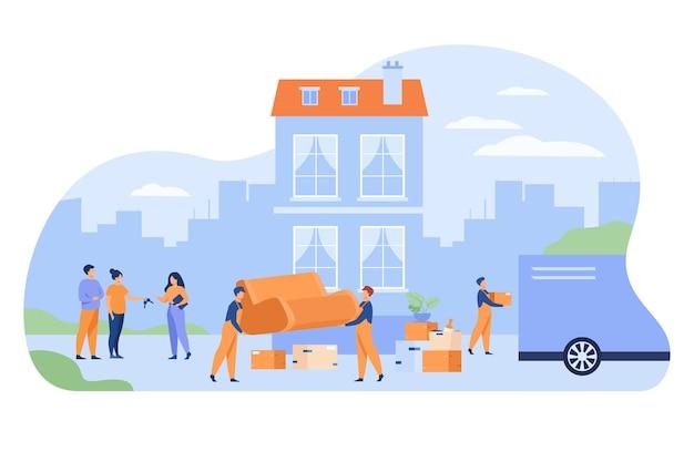 Paar verhuizen uit huis en sleutel geven aan agent Gratis Vector