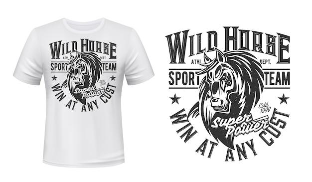 Paard mustang mascotte t-shirt print, hengst, paardensport, raceclub. merrie dier met zwart-wit grunge typografie en paard hoofd op witte kleding. bronco sportteam t-shirt Premium Vector