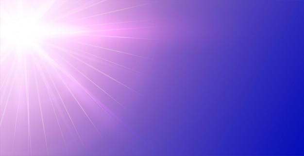 Paarse achtergrond met gloeiende lichtstralen Gratis Vector