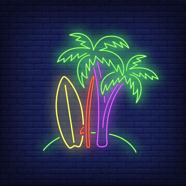 Palmbomen en surfplanken op strand neon teken. surfen, extreme sport, toerisme. Gratis Vector
