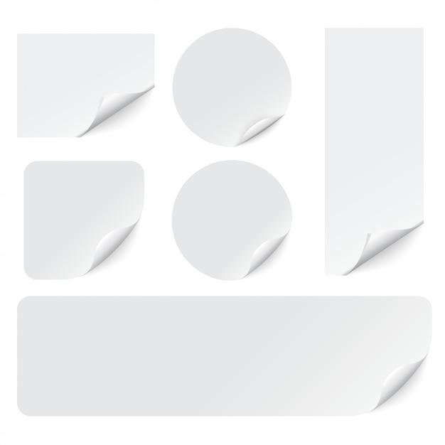 Papieren stickers met gekrulde hoeken op wit Premium Vector