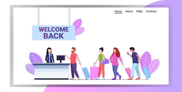 Passagiers staan in de rij in de rij bij de balie van de luchthaven om te controleren of de pandemie van het coronavirus is gestopt Premium Vector
