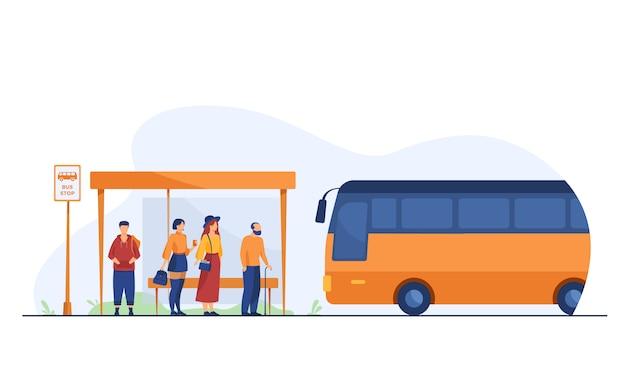 Passagiers wachten op het openbaar vervoer bij de bushalte Gratis Vector