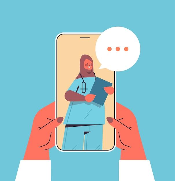 Patiënt bespreken met arabische vrouwelijke arts in smartphonescherm chat bubble communicatie online overleg gezondheidszorg geneeskunde medisch advies concept Premium Vector