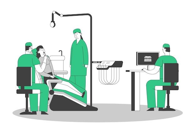 Patiënt op het kantoor van de tandarts, jonge vrouw zittend in medische stoel op de stomatologie kabinet, arts kijken naar röntgenfoto van slechte tand op pc. Premium Vector