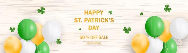 Patrick's dag verkoop sjabloon voor spandoek met klaver vertrekt op blauwe hemelachtergrond. winkelmarktposter voor site, tijdschrift, promoties, websites. Premium Vector
