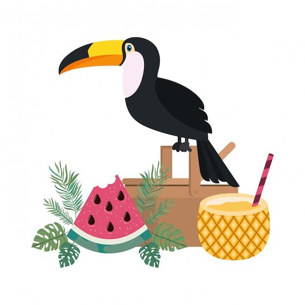 Picknickmand met ananascocktail op wit Gratis Vector