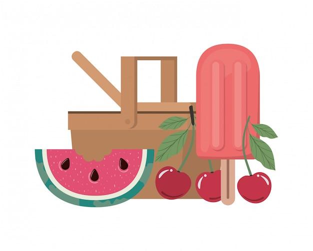 Picknickmand met tropisch fruit op wit Gratis Vector