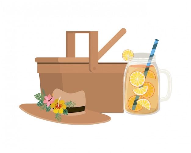 Picknickmand met verfrissend drankje voor de zomer Gratis Vector