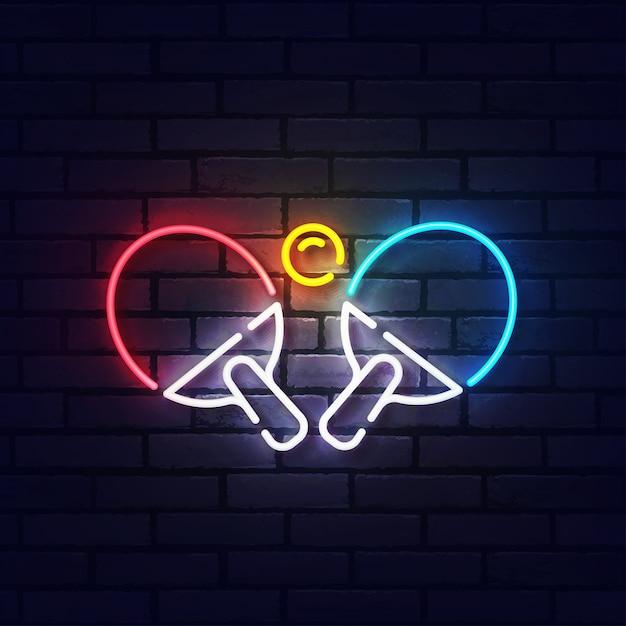 Ping pong neonreclame. gloeiend neonlicht uithangbord van tafeltennis. teken van pingpong met kleurrijke neonlichten die op bakstenen muur worden geïsoleerd. Premium Vector