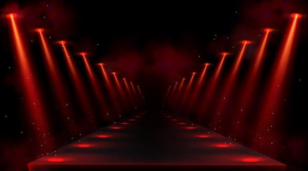 Podium verlicht door rode schijnwerpers. leeg platform of podium met stralen van lampen en lichtvlekken op de vloer. realistisch interieur van donkere hal of gang met projectorenstralen en rook Gratis Vector