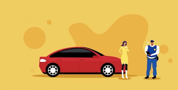 Politieagent het schrijven boete van het rapportparkeren of het verzenden van kaartje voor onderneemster die de verordeningenconcept tonen van de rijbewijswegverkeer Premium Vector