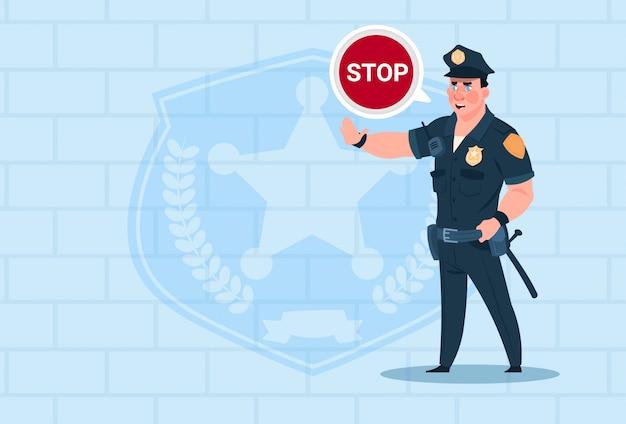 Politieagent met stop chat bubble dragen uniform cop guard over baksteen achtergrond Premium Vector