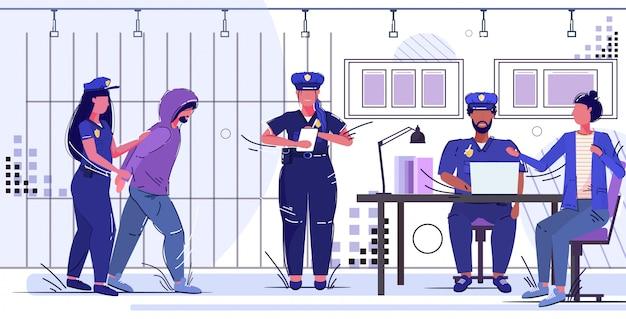 Politieagente bedrijf gearresteerde gevangenen officieren team werken bij politie veiligheidsdienst justitie service concept gevangenis kantoorruimte met gevangenis bars Premium Vector