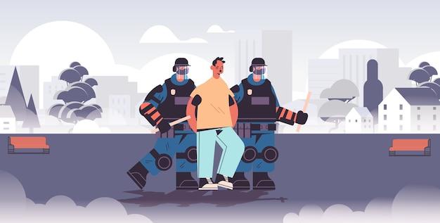 Politieagenten in volle tactische uitrusting oproerpolitieagenten arresteren mannelijke straatprotestant tijdens demonstratieprotesten van botsingen Premium Vector
