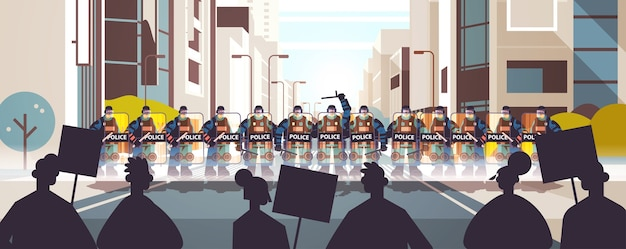 Politieagenten in volle tactische uitrusting oproerpolitieagenten die straatbetogers met plakkaten besturen tijdens schermutselingen demonstratie protestrellen massaconcept stadsgezicht horizontaal Premium Vector