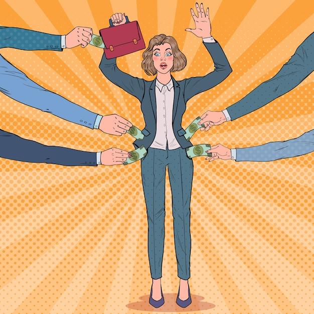 Popart bezorgd zakenvrouw met handen omhoog beroofd door dieven Premium Vector