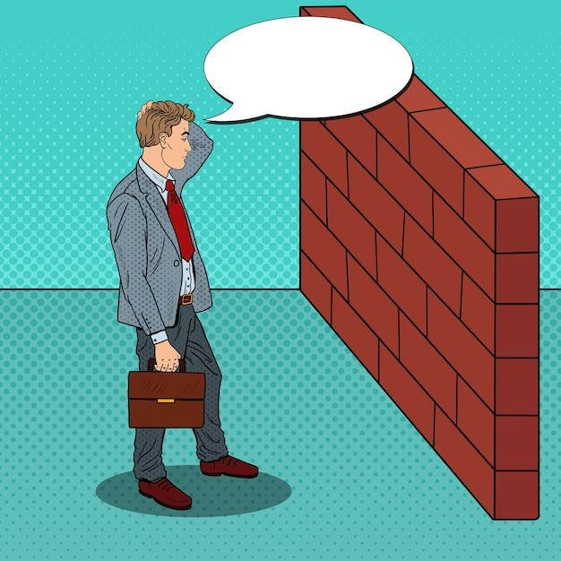 Popart twijfelachtige zakenman permanent voor een bakstenen muur. Premium Vector