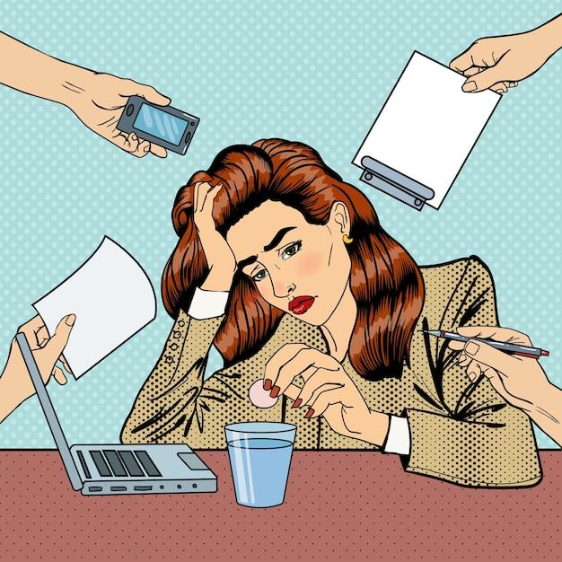 Popart zakenvrouw drinken pillen op kantoor met meerdere taken. illustratie Premium Vector