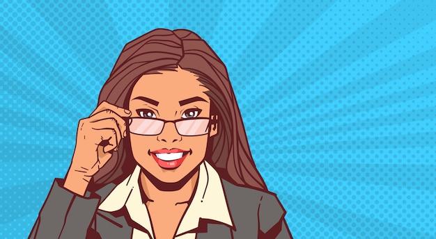 Portret van de aantrekkelijke glazen van de bedrijfsvrouwenholding over de uitstekende stijl van pop-artpinup Premium Vector