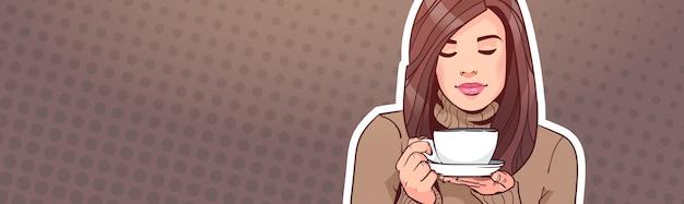 Portret van de mooie kop van de vrouwenholding met hete drank over uitstekende horizontale pop-artachtergrond Premium Vector
