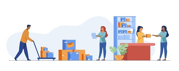 Postbode die pakket geeft aan klant in postkantoor Gratis Vector