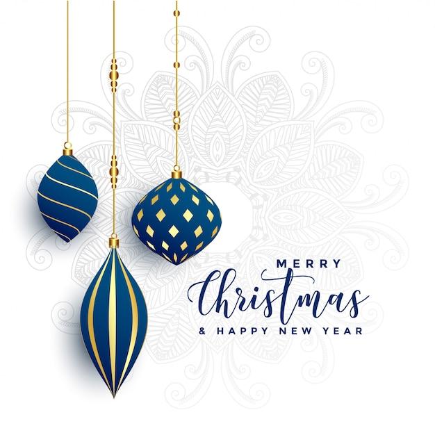 Premie decoratieve kerstmisballen op witte achtergrond Gratis Vector
