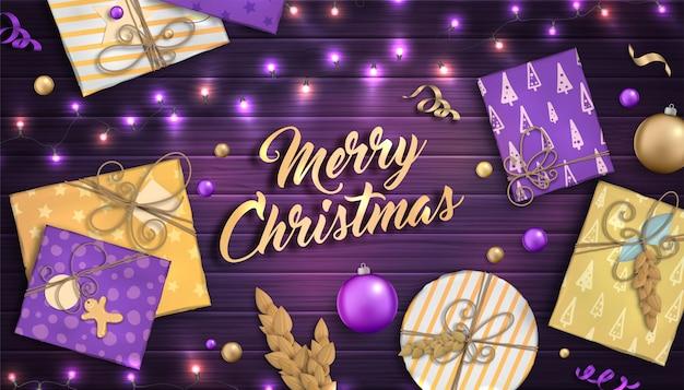 Prettige kerstdagen en gelukkig nieuwjaar achtergrond met kleurrijke kerstballen, paarse en gouden geschenkdozen en slingers Premium Vector