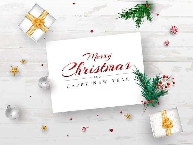 Prettige kerstdagen en gelukkig nieuwjaar berichtkaart met pijnboombladeren, rode bessen, ster, kerstballen en geschenkdozen op witte houten textuur achtergrond. Premium Vector