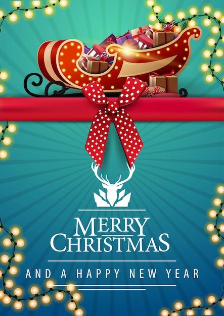 Prettige kerstdagen en gelukkig nieuwjaar, verticale blauwe ansichtkaart met rood horizontaal lint met strik, slinger en kerstman slee met cadeautjes Premium Vector