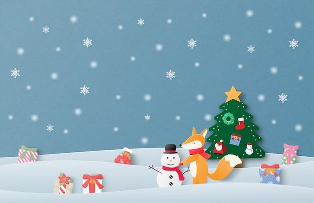 Prettige kerstdagen en gelukkig nieuwjaar wenskaart in papier gesneden stijl. de vieringsachtergrond van kerstmis met gelukkige babyvos die sneeuwman op sneeuwgebied maakt. Premium Vector