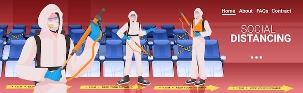 Professionele schoonmakers in hazmat pakken conciërges team schoonmaken en ontsmetten Premium Vector