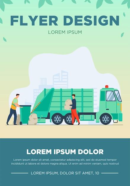 Prullenbak pick-up werknemer vuilnisbak op vrachtwagen schoonmaken. man met afval in plastic zak platte vectorillustratie. stadsdienst, afvalverwijderingsconcept Gratis Vector