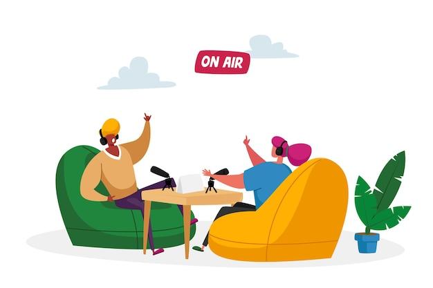 Radio- of podcast-streamingconcept. mannelijke en vrouwelijke radio-dj-personages in headset Premium Vector