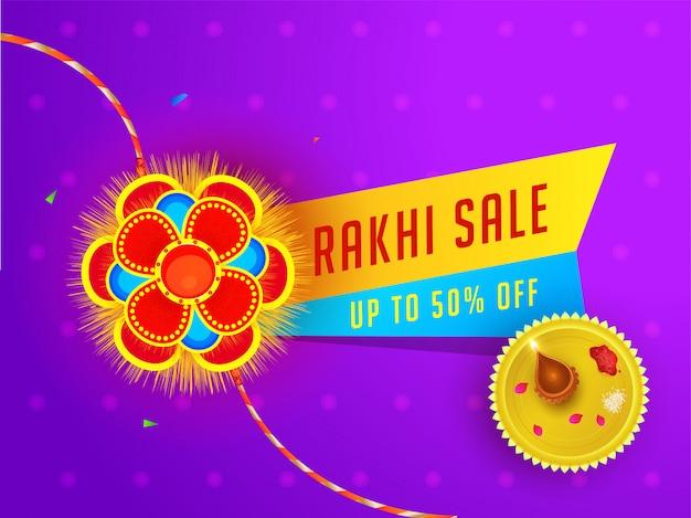 Raksha bandhan sale banner of posterontwerp met 50% kortingsaanbieding en aanbidingsplaat op paarse bloemenachtergrond. Premium Vector