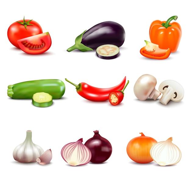 Rauwe groenten met gesneden geïsoleerde realistische pictogrammen met peper aubergine knoflook paddestoel courgette Gratis Vector