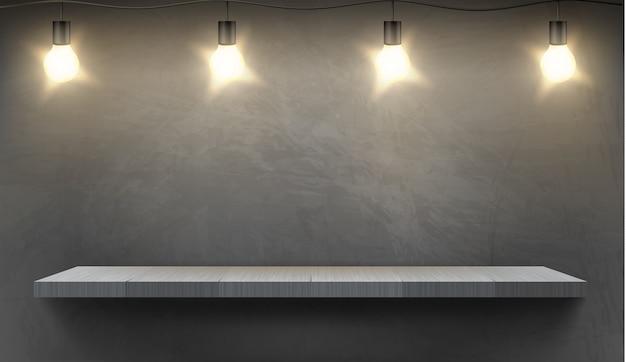 Realistische achtergrond met lege houten plank verlicht door elektrische lampen Gratis Vector