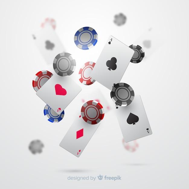 Realistische casinospaanders en kaarten dalende achtergrond Gratis Vector