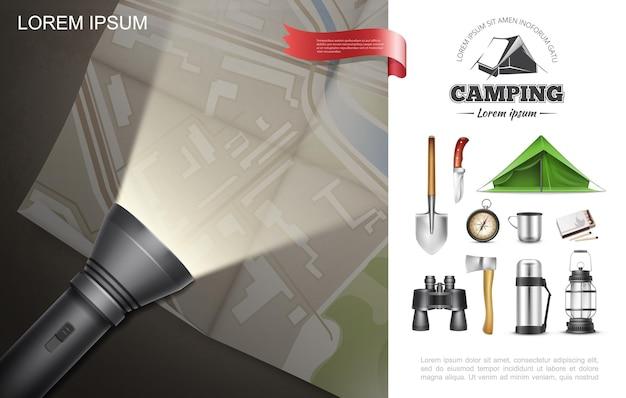 Realistische openluchtrecreatie elementen concept met zaklamp liggend op kaart schop tent bijl mes kompas verrekijker thermos lantaarn wedstrijden Gratis Vector