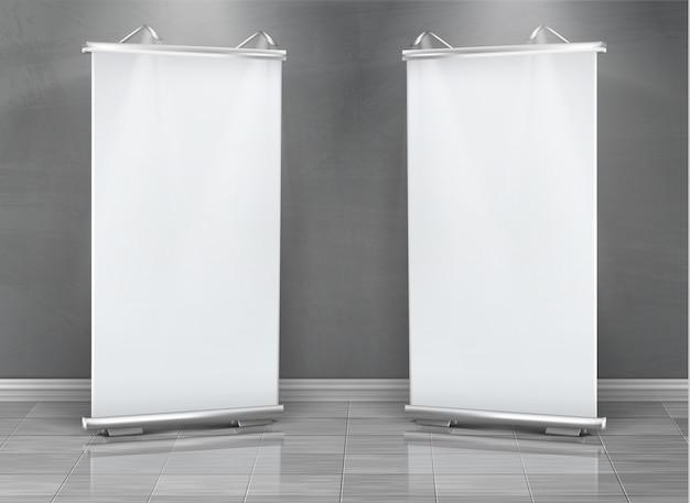 Realistische set van lege roll-up banners, verticale stands voor tentoonstelling en zakelijke presentatie Gratis Vector